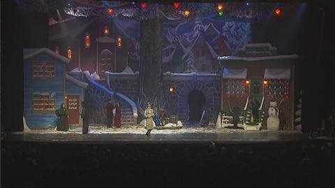 Des comédiens sur scène durant le spectacle Décembre de Québec Issime.