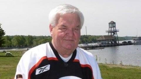 Olivier Tremblay, ancien président des Cantonniers de Magog et homme respecté dans la communauté, devant le lac Memphrémagog.