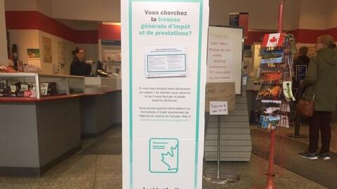 Un panneau annonce ces changements dans un bureau de Postes Canada à Sudbury.
