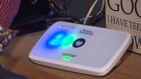 Un défibrillateur cardiaque connecté à un modem