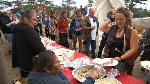 Dégustation de mets traditionnels innus durant le festival de l'Innucadie à Natashquan