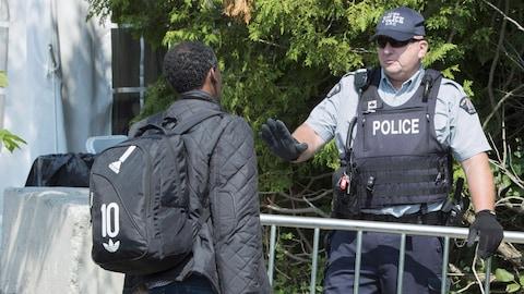 Un demandeur d'asile et un agent de la GRC à la frontière canado-américaine.