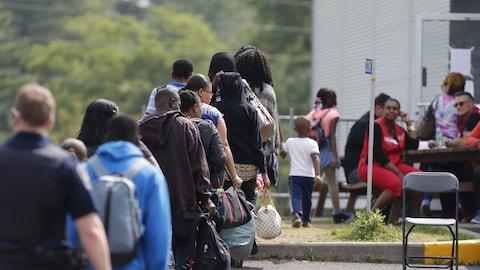 Des demandeurs d'asile aux Services frontaliers du Canada à Lacolle