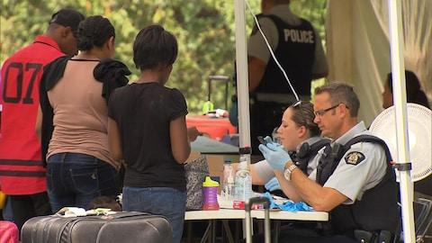 De nouveaux demandeurs d'asile arrivant au poste frontalier de Saint-Bernard-de-Lacolle.