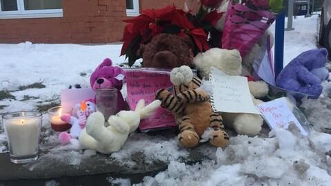 Des gens déposaient cet après-midi des toutous, mots de condoléances, fleurs et bougies sur les lieux du drame.
