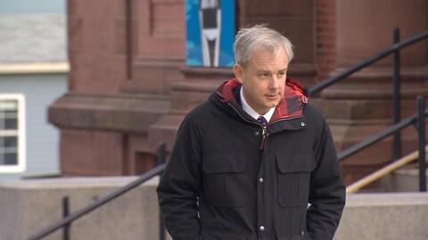 Dennis Oland arrive au palais de justice de Saint-Jean, pour le 7e jour de son procès, le 30 novembre 2018.