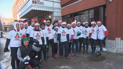 Les coureurs du Téléthon Le Noël du pauvre prennent la pose avant le départ devant la salle J.-Antonio-Thompson.