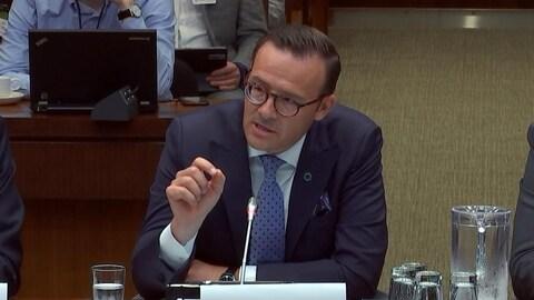 Le PDG de Desjardins, Guy Cormier, en comité parlementaire.