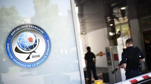 L'entrée de la DGSE avec le logo de l'organisation