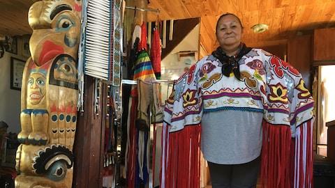 Diane Blacksmith est dans sa résidence et porte l'habit traditionnel qu'elle a fabriqué.