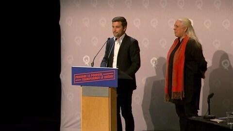 Gabriel Nadeau-Dubois, accompagné de Manon Massé, prononce un discours.