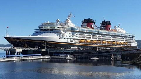 Le navire Disney Magic au quai de La Baie