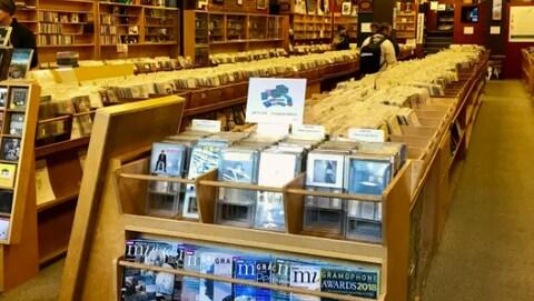 Des rangées de disques à l'intérieur du magasin Sikora's Classical Records