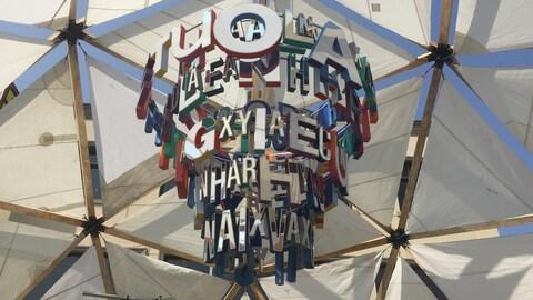 Plusieurs lettres pendent du haut du dôme