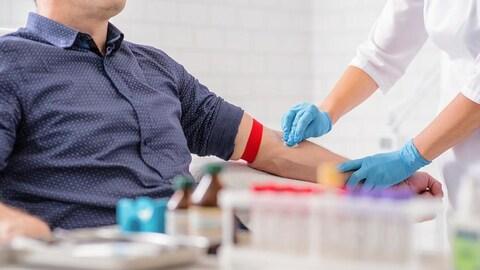 Un homme fait un don du sang.