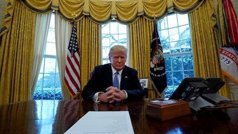 Le président américain Donald Trump derrière un bureau