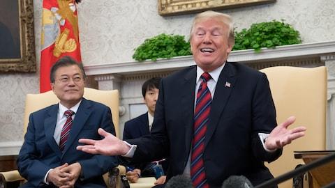 Donald Trump hausse les épaules en répondant à une question de la presse.