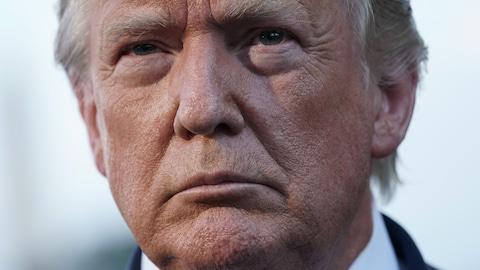 Plan rapproché du visage de Donald Trump.