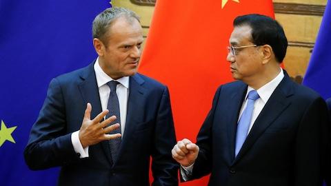 Le président du Conseil européen, Donald Tusk, et le premier ministre de la Chine, Li Keqiang, participent à une cérémonie au Grand hall du peuple à Pékin, en Chine, le 16 juillet 2018.