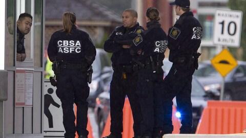 Des agents des services frontaliers du Canada