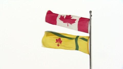 Le drapeau fransaskois avec le drapeau canadien.