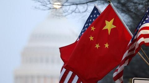 Le drapeau de la République de Chine flottent aux côtés de celui des États-Unis, à Washington.