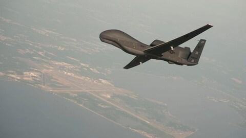 Un drone américain survole une base navale.