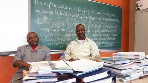 Justin Mathala et Mohamed Bangoura, tous deux professeurs de français à l'école secondaire Otapi de Manawan