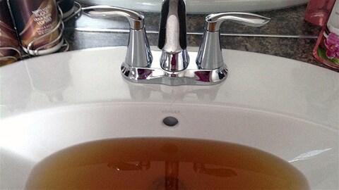 De l'eau brune dans un lavabo.