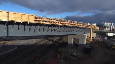 L'ouverture de l'échangeur Dorval se fera dans une seule direction jeudi matin, puisque l'accès à la bretelle pour atteindre l'aéroport depuis l'autoroute 20 ne sera ouvert que dans deux ou trois semaines.
