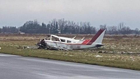 Photo d'un petit avion aux ailes et à l'avant emboutis