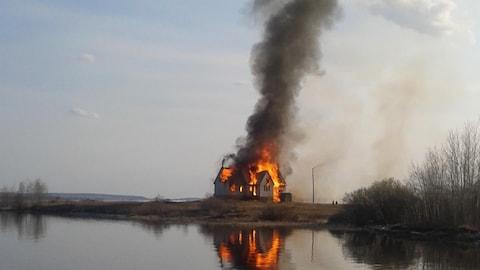 une église en feu