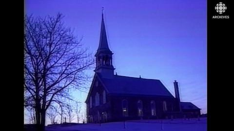 Église catholique au lever du jour.