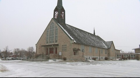 L'église avec son stationnement enneigé