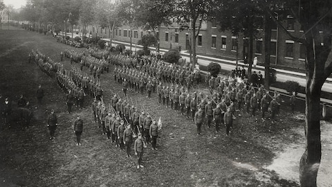 Rassemblement militaire au début du 20e siècle au Québec
