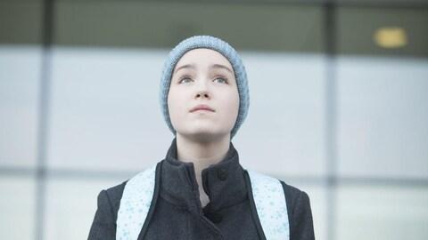 Émilie Bierre regarde vers le ciel dans une scène de la série «Jenny».