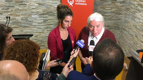 Manon Massé et une candidate de Québec solidaire accordent un point de presse aux journalistes.