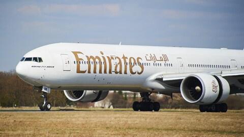 Un avion Boeing 777-300ER se préparant à décoller sur la piste d'un aéroport.