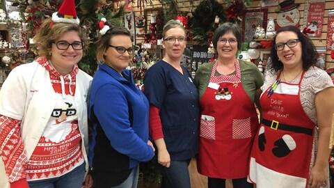 Des employées d'un commerce dans l'ambiance de Noël