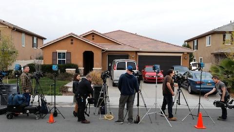 Les médias installés près de la demeure des Turpin à Perris en Californie, ou été trouvés 12 frères et sœurs attachés et affamés.