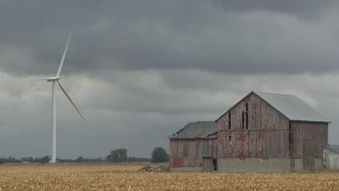 L'éolienne est proche d'une grange.