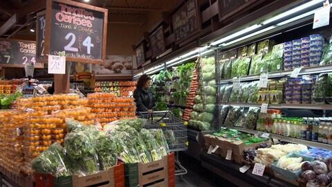 Une femme fait son épicerie au supermarché