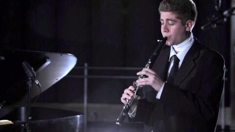 Eric Abramovitz jouant de la clarinette