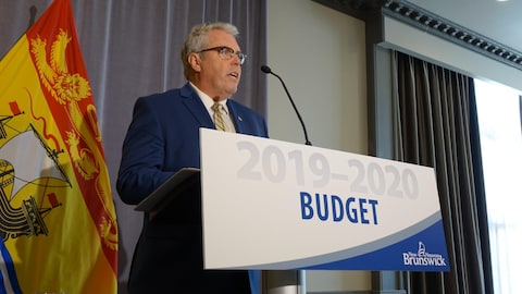 Le ministre des Finances du Nouveau-Brunswick, Ernie Steeves, en conférence de presse.