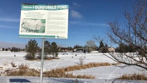 Une affiche de la Ville de Saskatoon souhaite la bienvenue, aux abords de l'étang du quartier Dundonald.