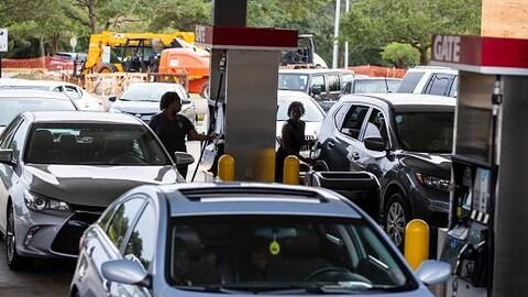 Des automobilistes font le plein d'essence.