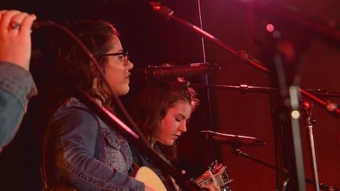 Deux jeunes filles de profil, devant des micros. Le groupe Étincelles, composée de sept musiciennes de Falher, en était à sa première participation à la Chicane albertaine.