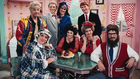 Les acteurs de La petite vie posent autour d'une table