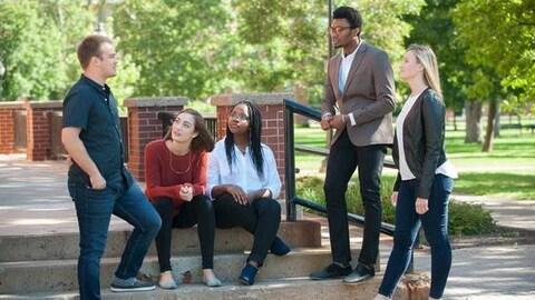Des étudiants internationaux discutent, sur le campus de l'Î.-P.-É.