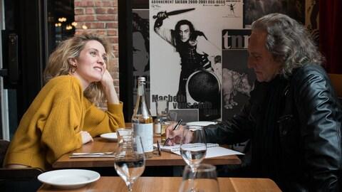 Évelyne Brochu en entrevue avec Franco Nuovo le 15 mars au Café du Nouveau-Monde.